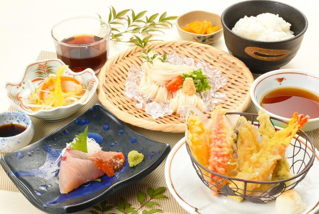 夏野菜の天ぷらとお刺身そうめん定食