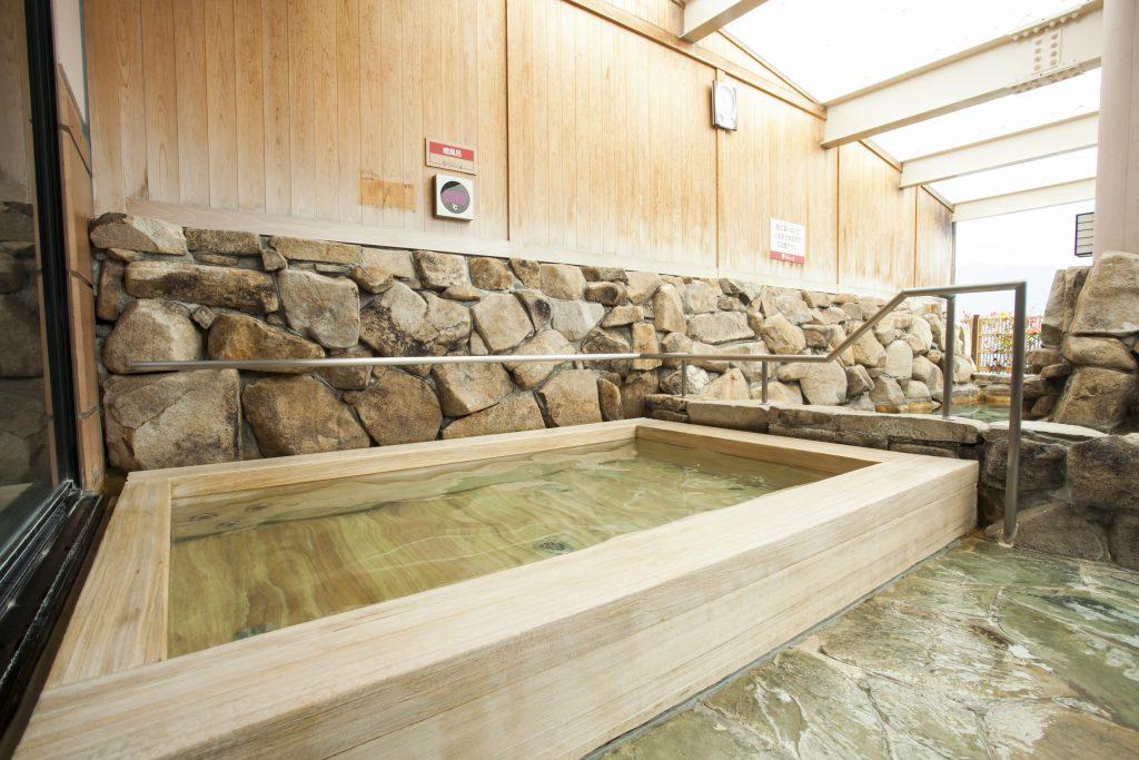べにまんさくの湯檜風呂